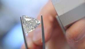 Praktische Erkennung Von Synthetischen Diamanten